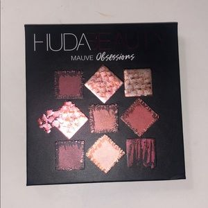 Huda beauty mini eyeshadow pallete🦋